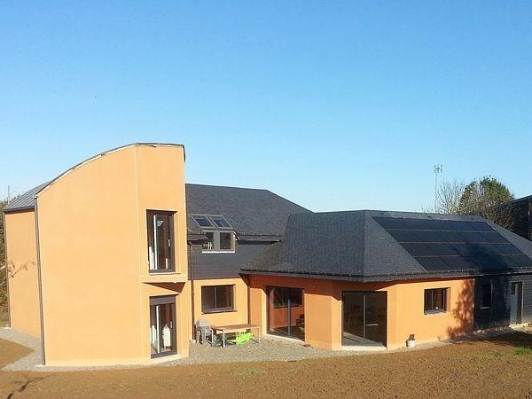 Grande maison neuve avec panneaux solaires par CKM Couverture dans le 35