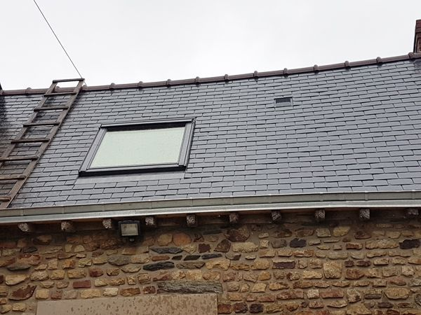 Création d'un Vélux sur toit par CKM Couverture entre Marcillé Robert et Brielles