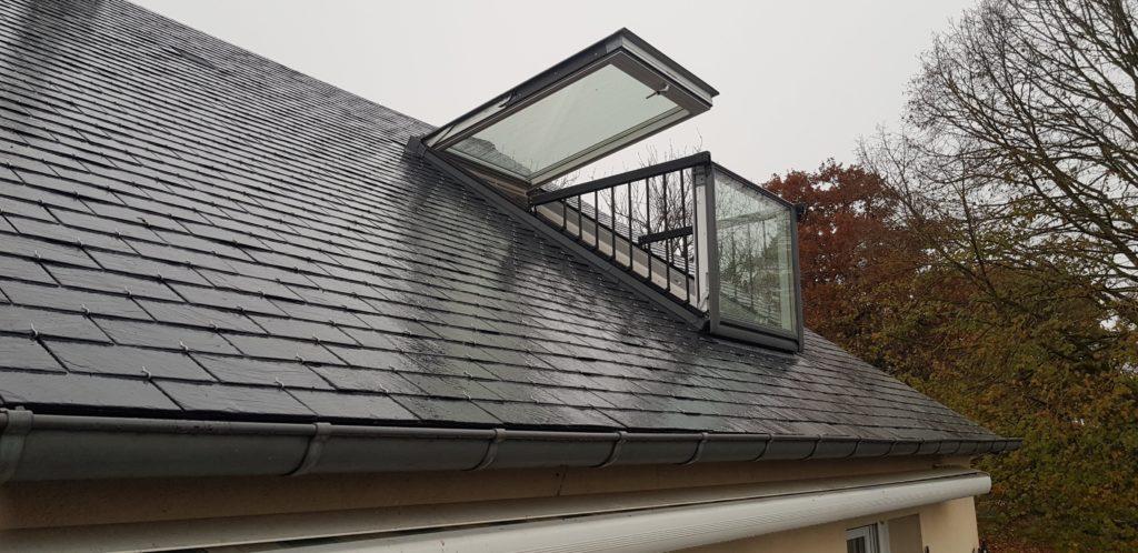 Création d'un Vélux balcon sur toit par CKM Couverture entre Marcillé Robert et Brielles